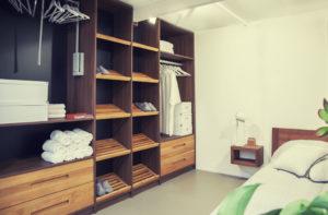 Meble drewniane na wymiar do garderoby